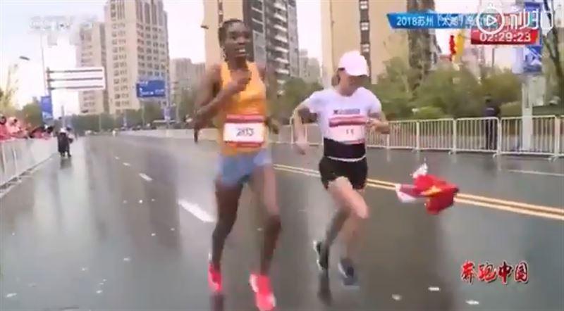 Спортсменке, бросившей флаг Китая, может грозить наказание