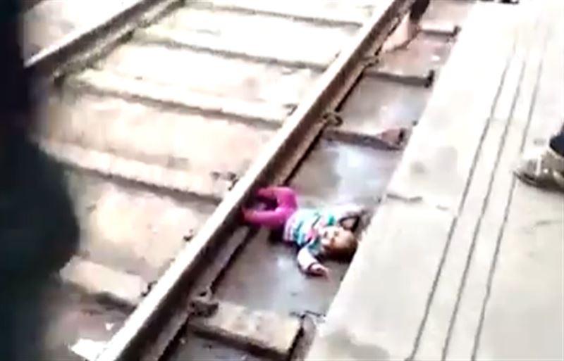 Годовалый ребенок выжил, оказавшись под поездом