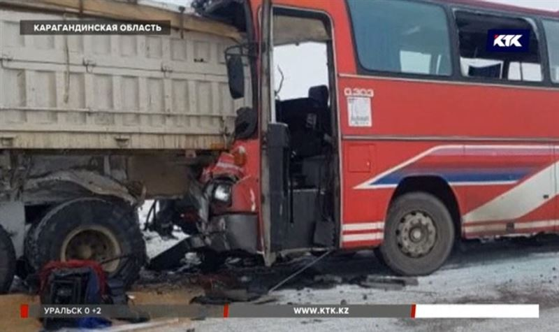 Под Карагандой пассажирский автобус врезался в грузовик