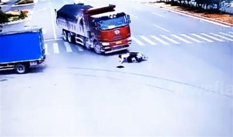Водитель мотороллера остался жив, попав в ДТП с двумя грузовиками