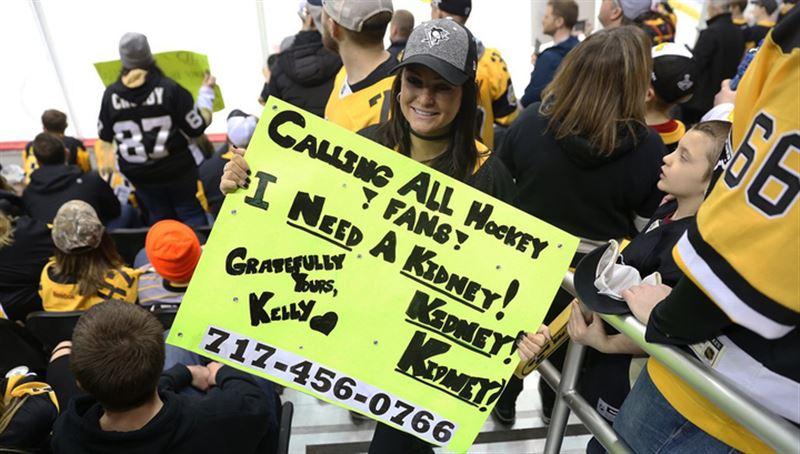 Девушка нашла донора почки, нарисовав плакат и придя с ним на матч НХЛ