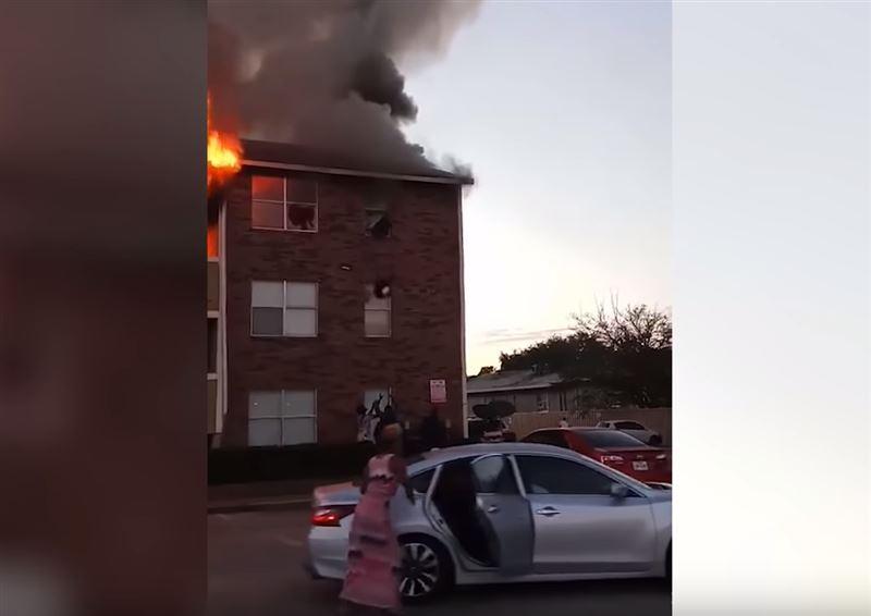 Незнакомец поймал ребенка, брошенного из горящего дома