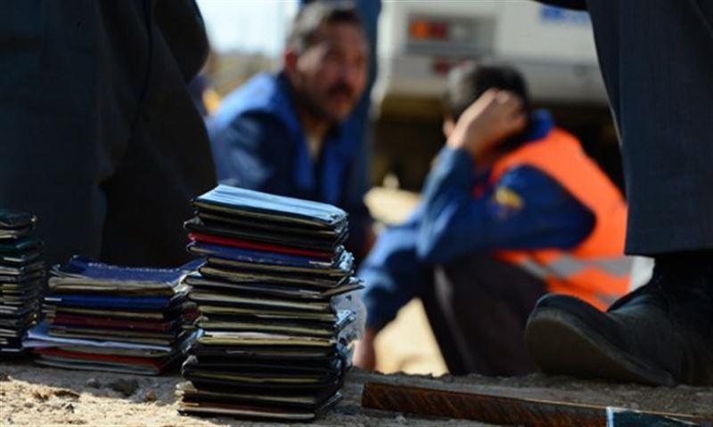 В Алматы задержали полицейских, подделывающих документы мигрантам