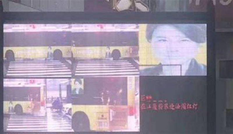 Робот по ошибке выписал штраф не человеку, а фотографии на автобусе