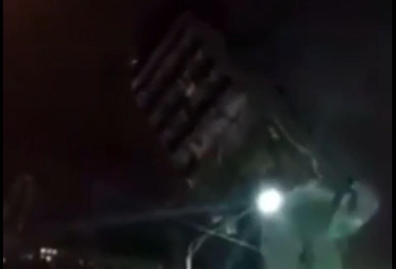 В Москве многоэтажное здание рухнуло на дорогу