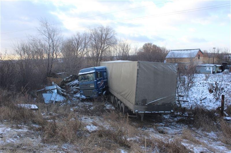 В России грузовик из Казахстана пробил забор на дачном участке