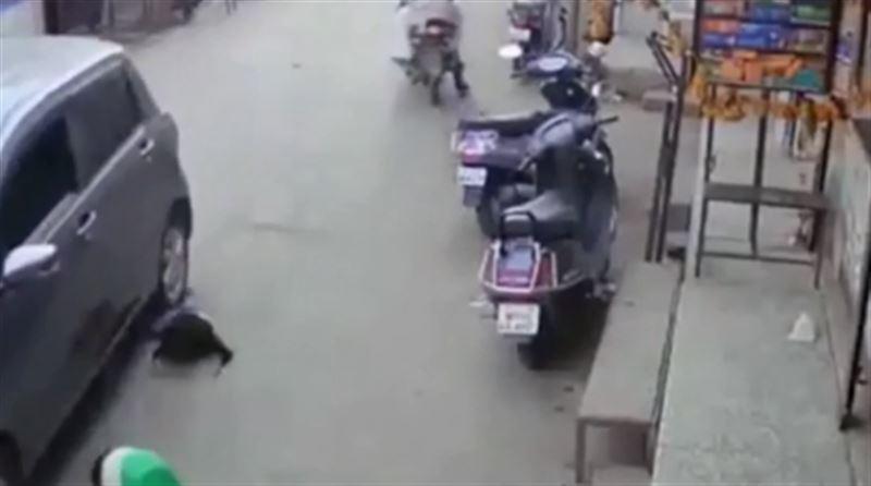 В Индии автомобиль совершил наезд на женщину с ребенком