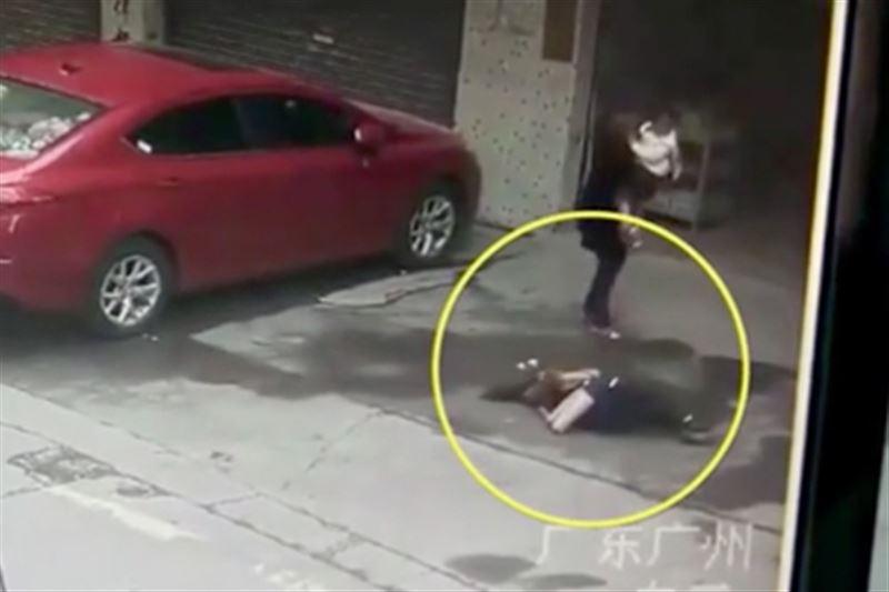 Китаянку, на которую упала собака с неба, парализовало
