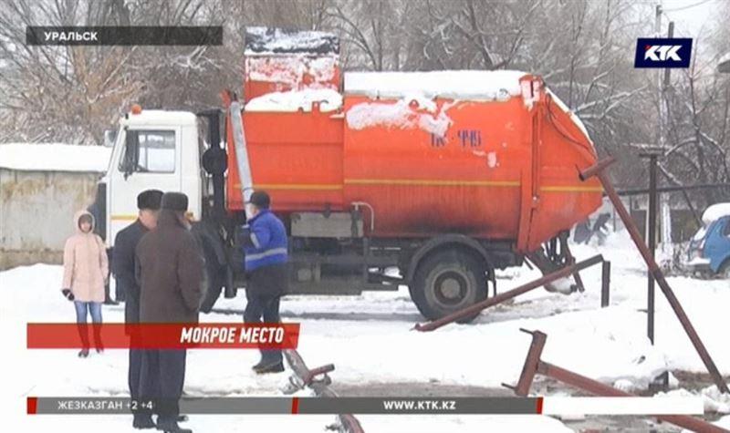 Невнимательный водитель снес 200 метров теплотрассы в Уральске