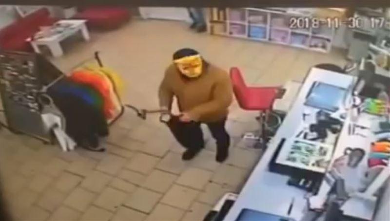 Грабитель с топором в маске кота ворвался в магазин