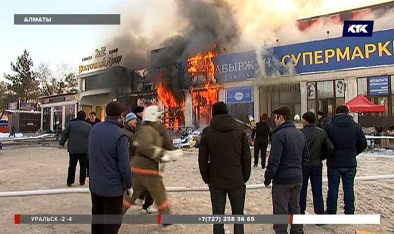 На территории рынка в Алматы дотла сгорели семь бутиков с товаром