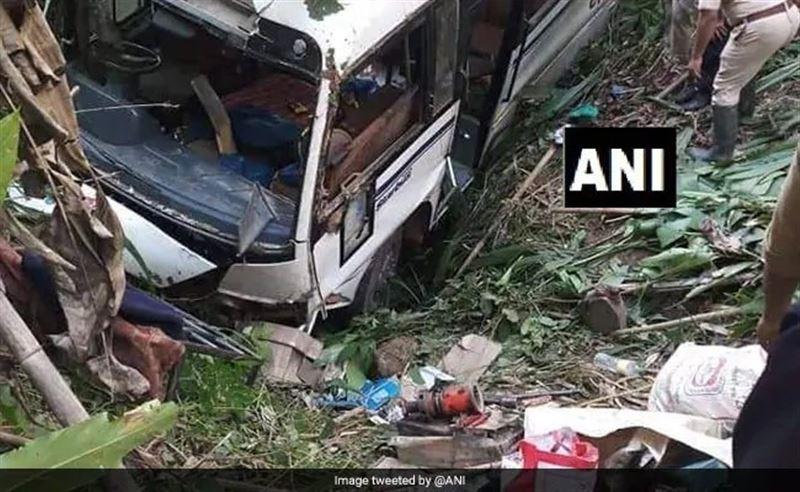 В Индии автобус с 30 пассажирами свалился в ущелье