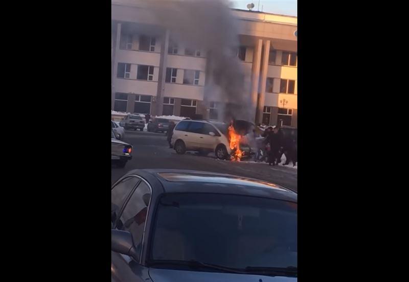 В Уральске у железнодорожного вокзала вспыхнул автомобиль