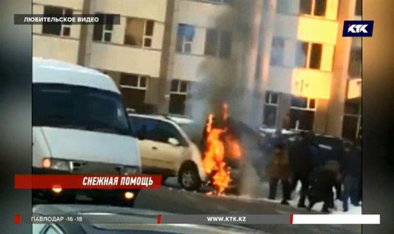 Жители Уральска тушили горящий автомобиль снегом