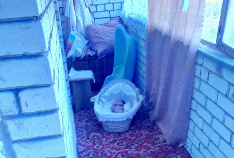 Анасы нәрестені жалаңаш күйінде балконда қалдырып кеткен
