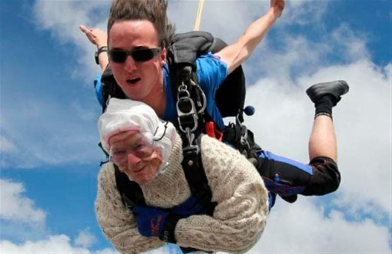102-женщина прыгнула с парашютом и побила мировой рекорд