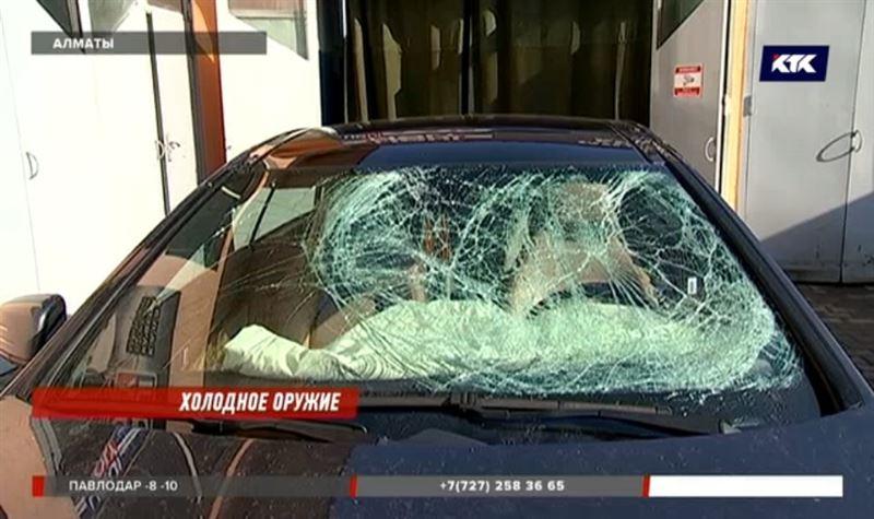 «Повезло, что не было людей»: в Алматы глыба льда рухнула на авто