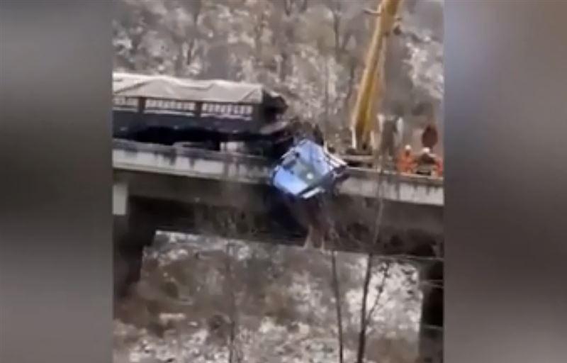 В Китае спасли водителя грузовика, повисшего на краю моста