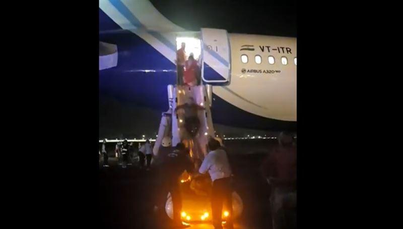 Пассажиров экстренно эвакуировали из задымленного самолета в Индии