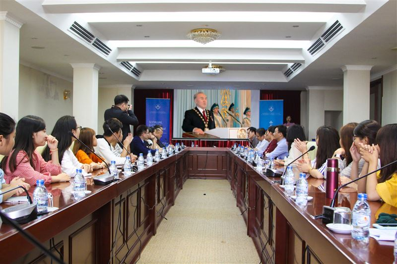 Студенты ведущих вузов Вьетнама посетили фотовыставку «Undiscovered Kazakhstan»
