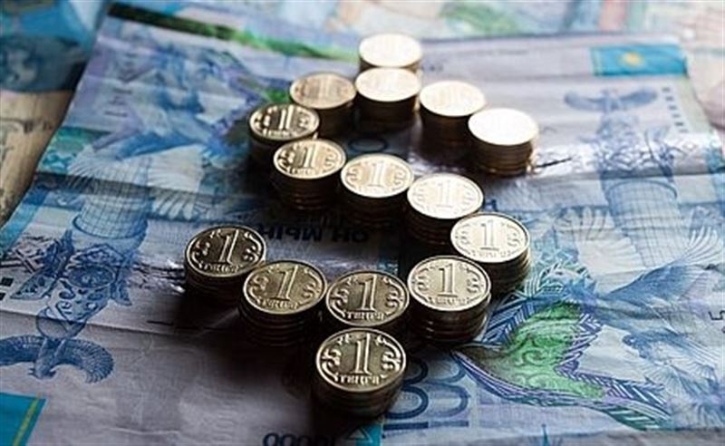 Дневная сессия: Доллар стоит 370,06 тенге