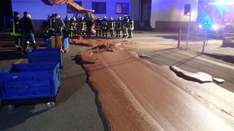 Дорогу в Германии залила шоколадная река