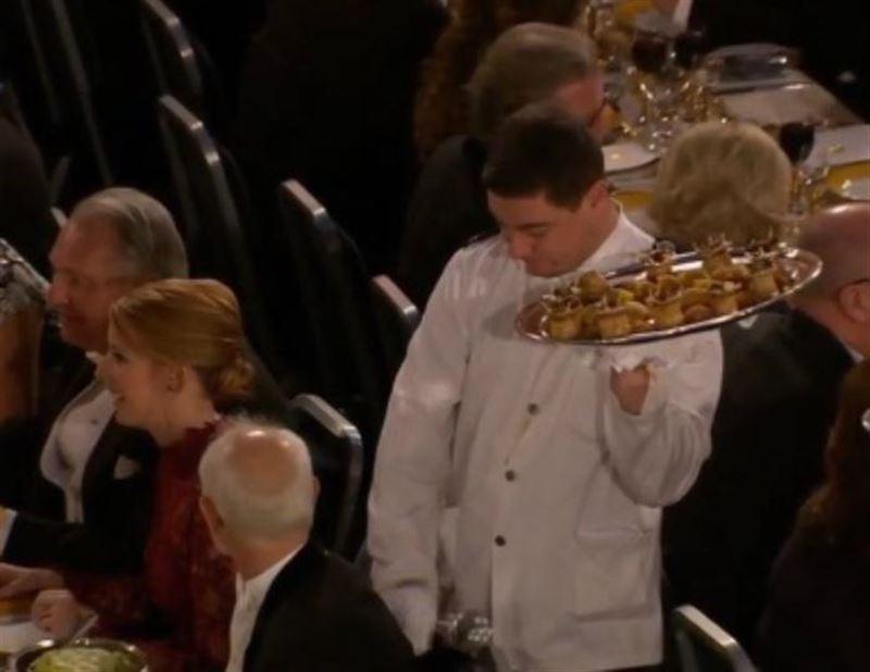 Официант уронил еду на президента Шведской академии наук