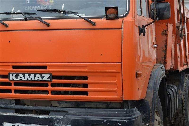 В Павлодаре водитель погиб под колесами своего КамАЗа