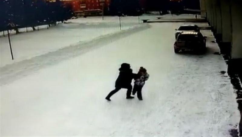 Полиция ШҚО-да қызға шабуыл жасаған әйелді ұстады