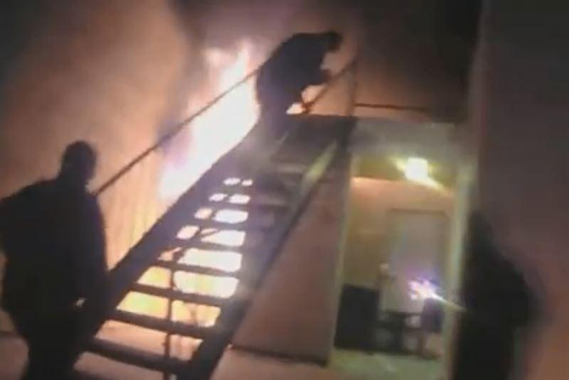 Полицейский поймал ребенка, который прыгнул из окна горящего дома