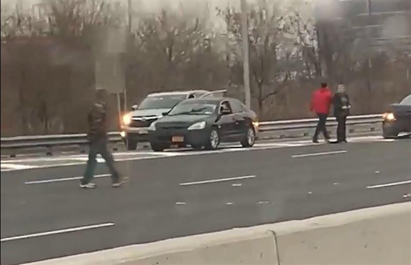 Тысячи долларов засыпали шоссе в США