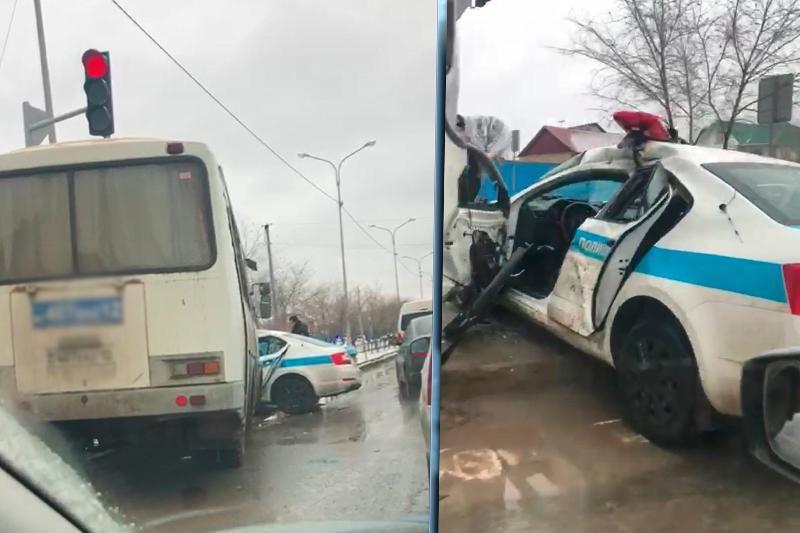 Атырауда автобус полиция көлігін соқты