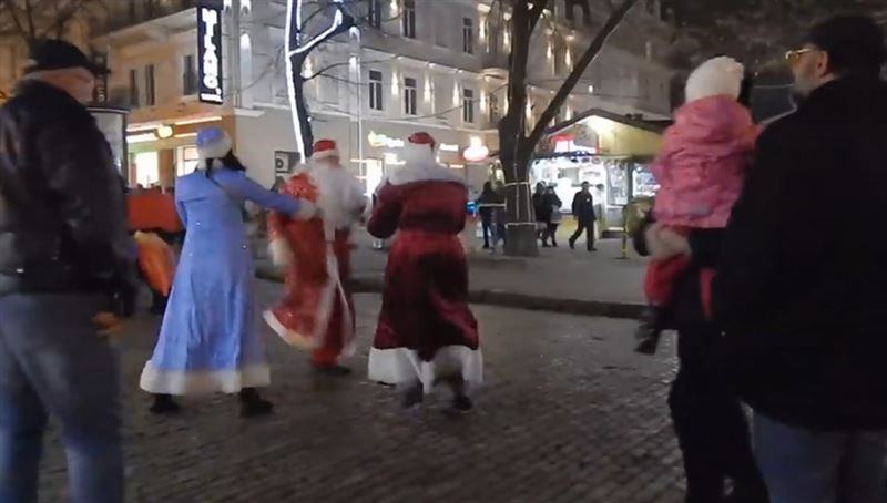 Два Деда Мороза подрались из-за маленькой девочки