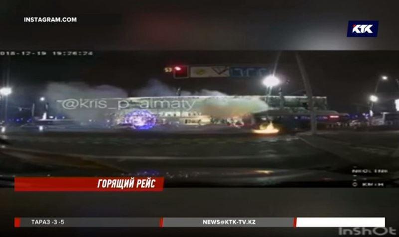 В Алматы загорелся автобус с пассажирами