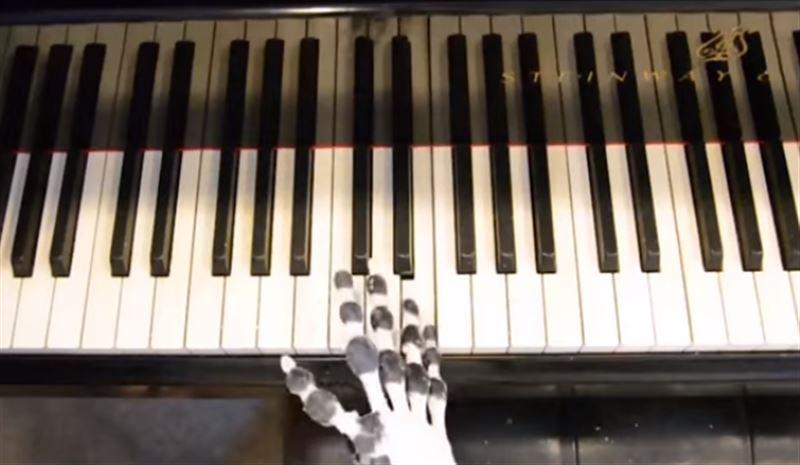 В Кембридже напечатали руку на 3D-принтере, которая умеет играть на пианино
