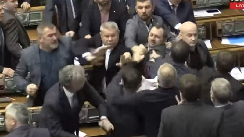 Жиын кезінде бір топ депутат төбелесіп қалды