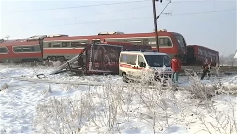 Жуткая авария произошла с участием поезда и автобуса в Сербии