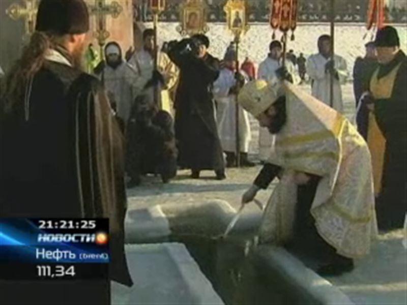 Православные казахстанцы, несмотря на сильный мороз, окунались в проруби