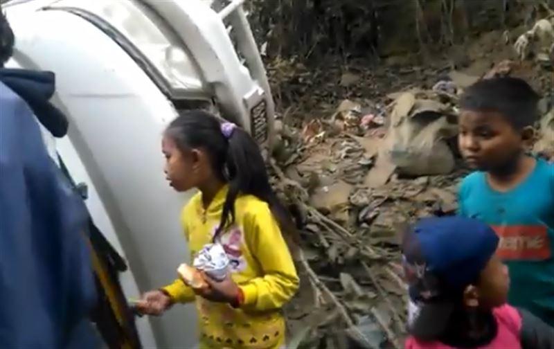 Автобус со студентами рухнул в ущелье в Непале