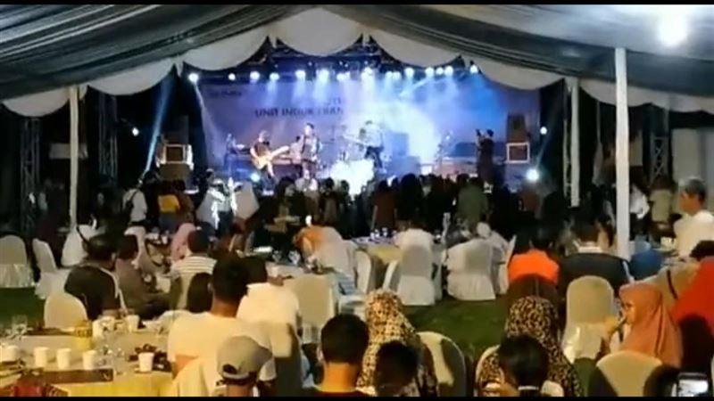 Шокирующие кадры: Цунами в Индонезии смыло музыкальную группу вместе со сценой