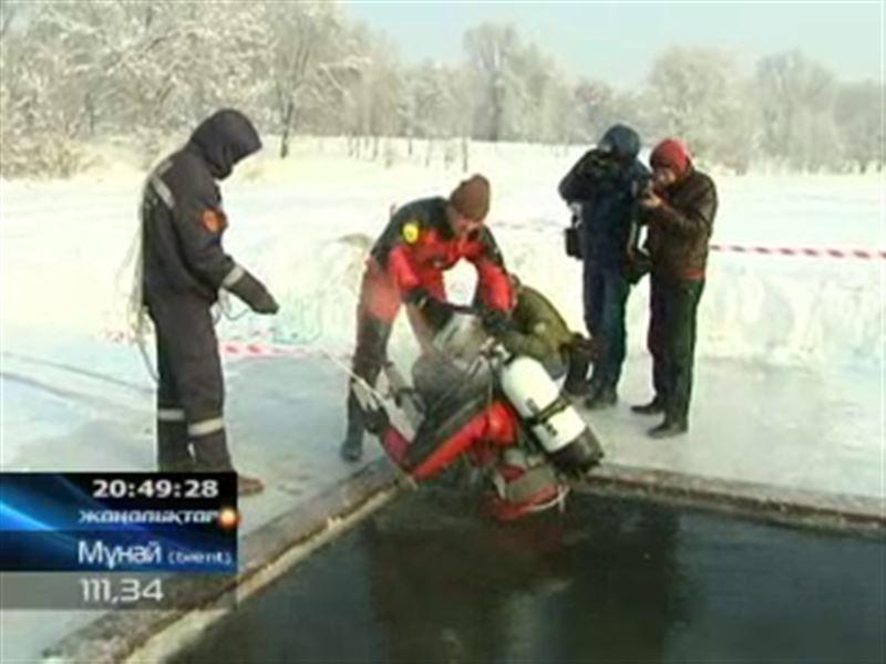 В крещенские морозы в прорубь ныряли даже алматинские спасатели