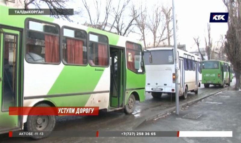 Таксисты отбирают заработок у водителей талдыкорганских автобусов