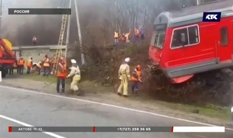 Электричка с пассажирами сошла с рельсов