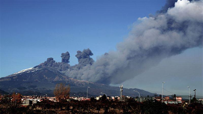 Проснувшийся на Сицилии вулкан сняли на видео