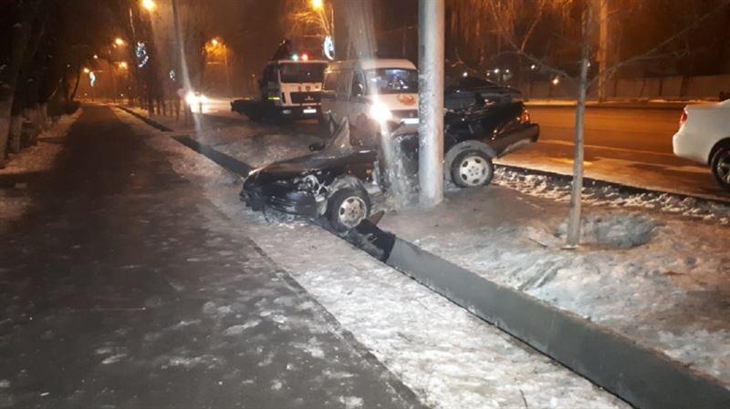 В Алматы автомобиль врезался в столб