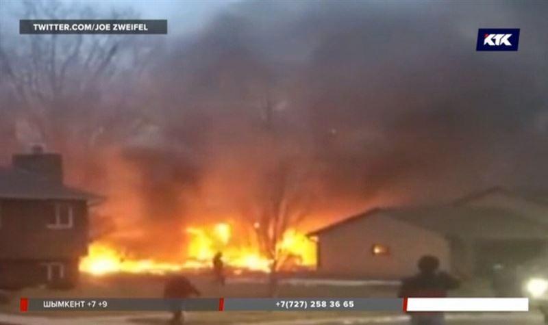 В США самолет рухнул на дома