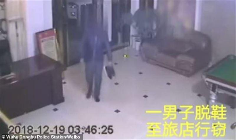 В Китае вора поймали на краже из-за сильного запаха ног