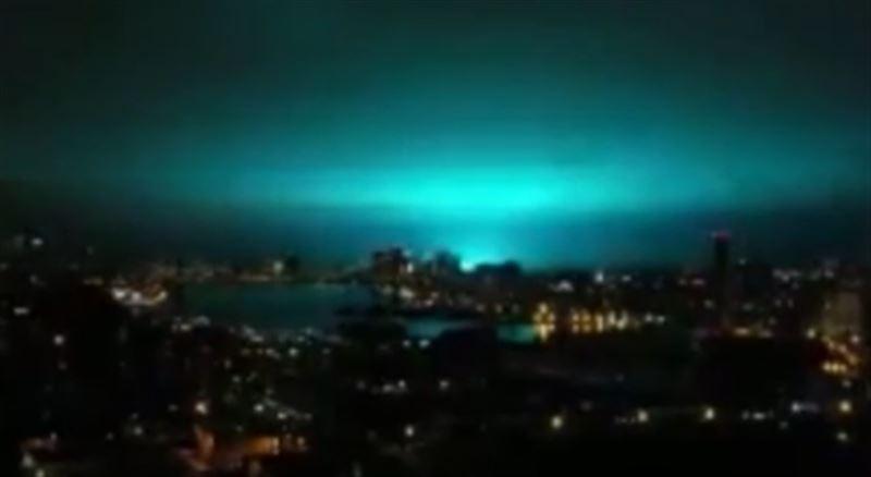Ярко-голубой свет залил ночное небо над Нью-Йорком