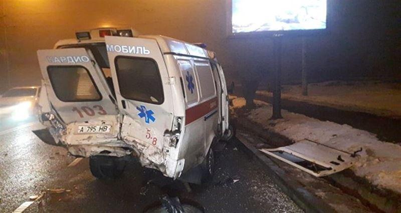 В Алматы произошла массовая авария с участием скорой помощи
