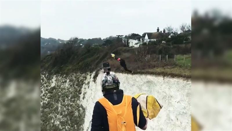 Неудачное падение парашютиста попало на видео